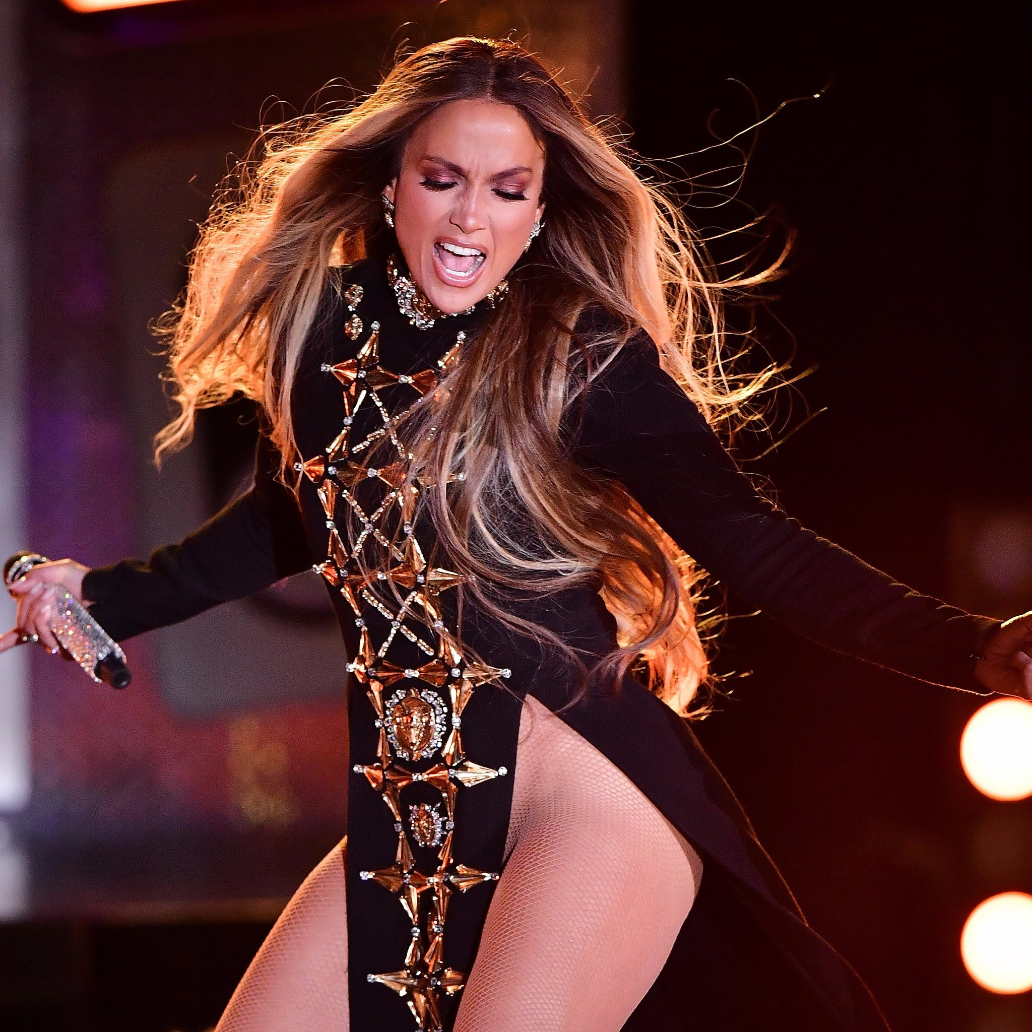 Jennifer-Lopez-Singing-Ni-Tu-Ni-Yo-Video